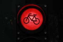 Красный цвет покрасил свет для велосипедистов к ноча в городе Стоковые Изображения
