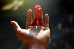 Красный цвет помогает ленте в руке Стоковое Изображение RF