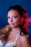 красный цвет портрета девушки предпосылки голубой Стоковая Фотография