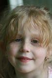 красный цвет портрета милой девушки с волосами стоковые изображения rf