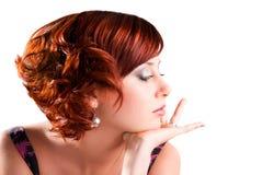 красный цвет портрета привлекательной девушки с волосами изолированный Стоковая Фотография
