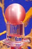 красный цвет постамента шарика кристаллический Стоковое Изображение