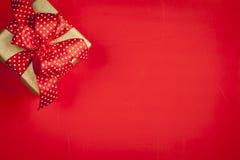 красный цвет подарка коробки предпосылки Стоковые Изображения