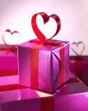 Красный цвет подарочной коробки с Хартом Стоковые Изображения RF