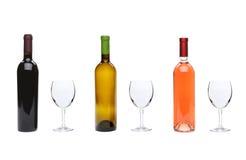 Красный цвет, поднял, бутылки белого вина и стекла Стоковое Изображение RF