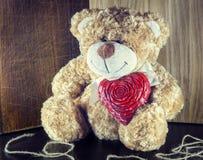 красный цвет поднял Любить плюшевого медвежонка милый при красные сердца сидя самостоятельно Стоковые Изображения RF