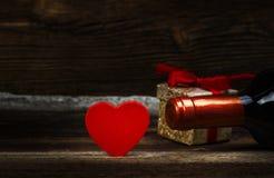 красный цвет поднял Сердце, вино и подарок Стоковые Изображения