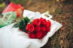 красный цвет поднял цветки, кольца и оформление свадьбы романтичный шум Стоковая Фотография RF
