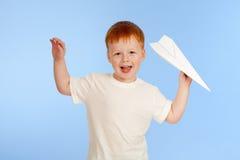 красный цвет прелестного мальчика с волосами модельный бумажный плоский Стоковое Изображение