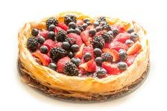 Красный цвет приносить пирог с белой предпосылкой стоковое изображение rf
