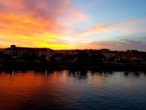 Красный цвет против голубого захода солнца Стоковые Фотографии RF