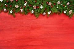 красный цвет рождества предпосылки Ель рождества с украшением на красной деревянной предпосылке Стоковая Фотография RF