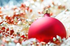 красный цвет рождества bauble стоковое фото