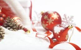 красный цвет рождества смычка шарика стоковые изображения