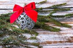 красный цвет рождества смычка шарика Стоковые Фотографии RF