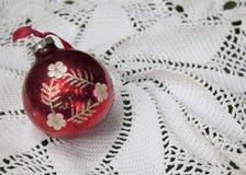 красный цвет рождества bauble Стоковая Фотография