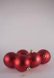 красный цвет рождества 5 baubles Стоковые Фотографии RF