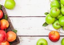Красный цвет розовой дамы королевский торжественный и кузнец бабушки зеленеют яблока в винтажной коробке на деревянной предпосылк стоковая фотография rf