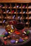 Красный цвет, розовые и белые стекла и бутылки вина Виноградина, смоква, гайки и листья на старом деревянном бочонке Стоковые Изображения