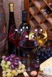 Красный цвет, розовые и белые стекла и бутылки вина Стоковые Фото