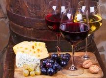 Красный цвет, розовые и белые стекла и бутылки вина Стоковое фото RF