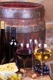 Красный цвет, розовые и белые стекла и бутылки вина Стоковое Изображение RF