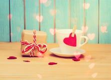 красный цвет сердца кофейной чашки стоковые изображения