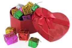 Красный цвет сердца и подарочной коробки Стоковые Изображения