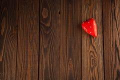 Красный цвет сердца концепция дня валентинки, деревянной предпосылки Стоковая Фотография RF