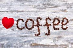 красный цвет сердца кофе фасолей Стоковое Фото