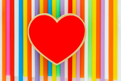 Красный цвет сердца на красочной предпосылке стоковое изображение rf