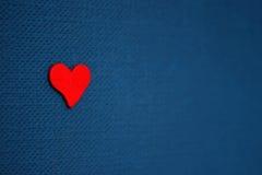 красный цвет сердца предпосылки голубой Стоковые Фото