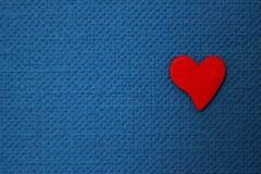 красный цвет сердца предпосылки голубой Стоковое Изображение