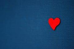 красный цвет сердца предпосылки голубой Стоковое Фото
