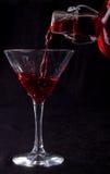 красный цвет стекла коктеила политый жидкостью Стоковая Фотография RF