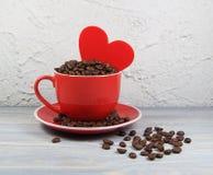 Красный цвет с зернами кофе, сердце чашки Стоковая Фотография