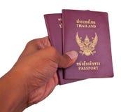 красный цвет Таиланд пасспорта руки крышки Стоковые Фото