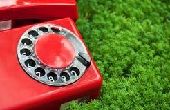 красный цвет телефона зеленого цвета травы Стоковые Фото
