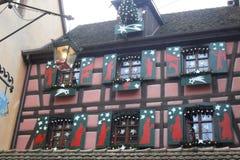 Красный цвет тимберс-обрамил дом в Ribeauvillé в Франции Стоковое Фото