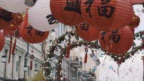 Красный цвет традиционного китайския и фонарики и флаги белой бумаги с золотыми сочинительствами видеоматериал