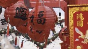 Красный цвет традиционного китайския и фонарики и флаги белой бумаги с орлом и золотом сток-видео