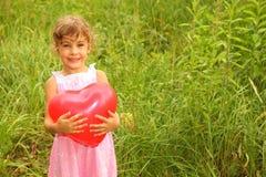 красный цвет удерживания девушки платья воздушного шара стоковое изображение