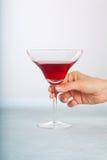 красный цвет удерживания коктеила Стоковая Фотография RF