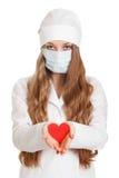 красный цвет удерживания сердца доктора женский стоковая фотография rf