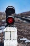 красный цвет узкоколейной железной дороги показывает движение сигнала Стоковое фото RF