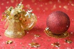 красный цвет украшения рождества колоколов шарика золотистый Стоковое фото RF