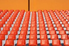 красный цвет усаживает стадион Стоковое фото RF