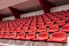 красный цвет усаживает стадион Стоковое Изображение