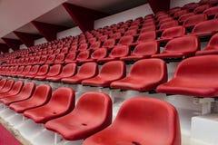 красный цвет усаживает стадион Стоковая Фотография