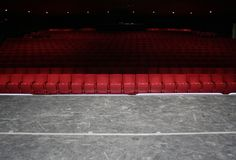 красный цвет усаживает театр Стоковое Фото